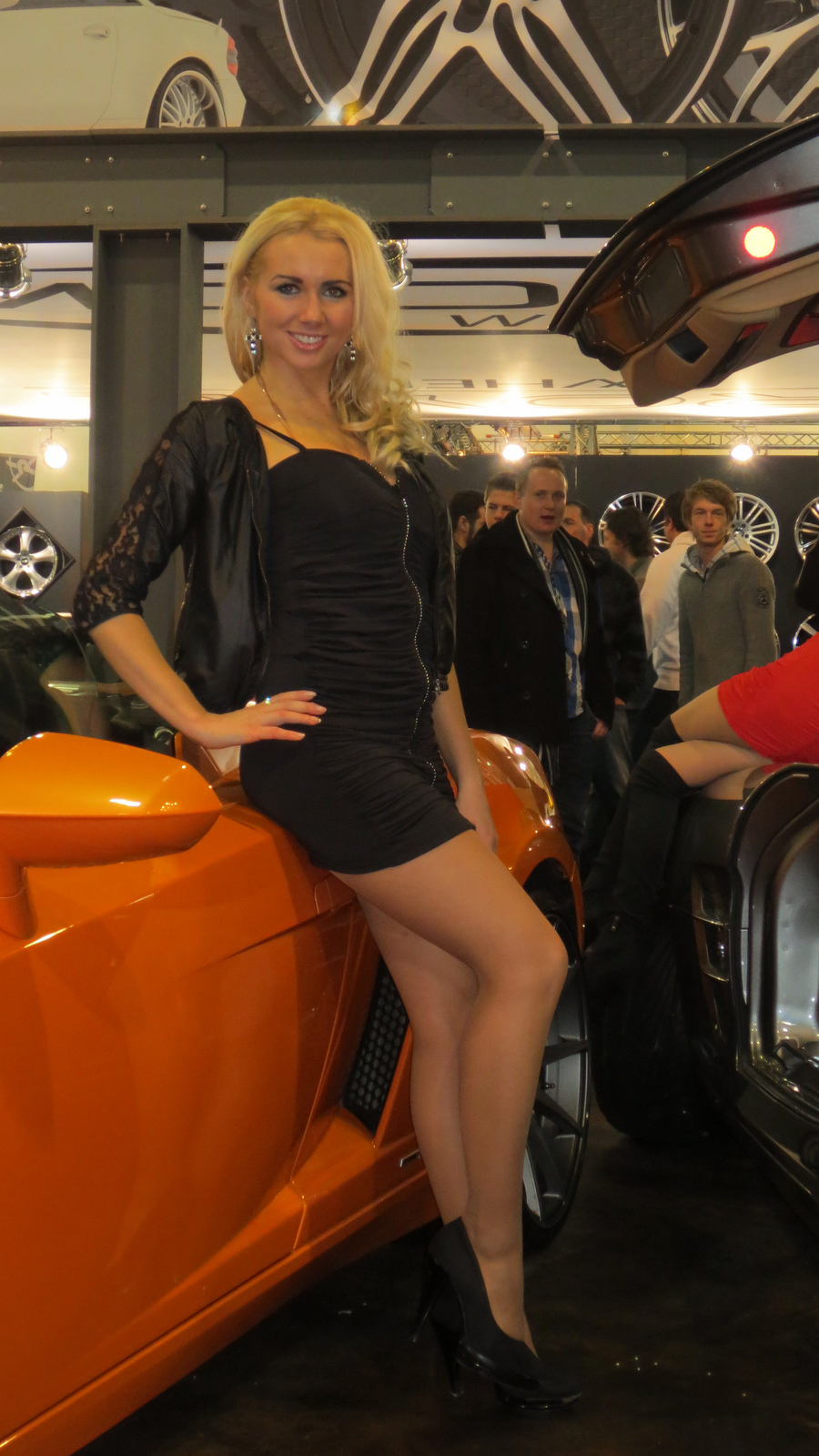 Girls at Essen Motor Show 2012 - autoevolution