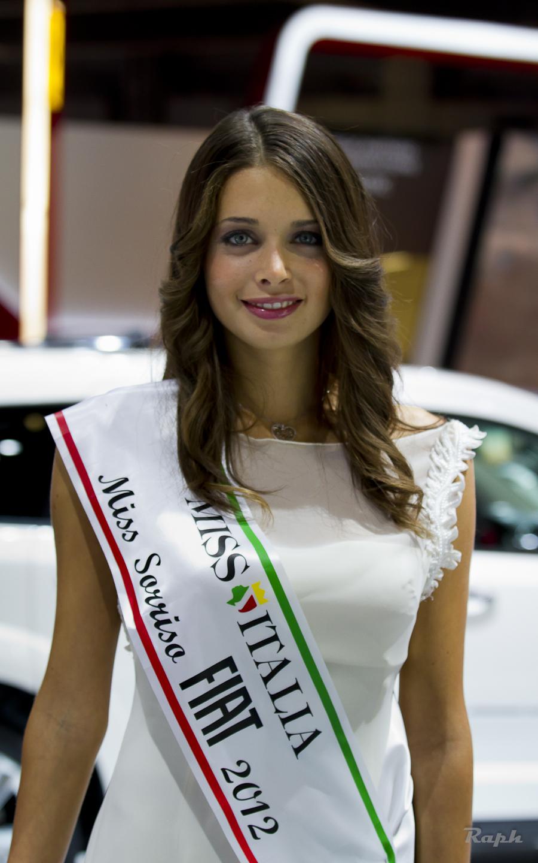Girls At Paris Motor Show 2012 Autoevolution