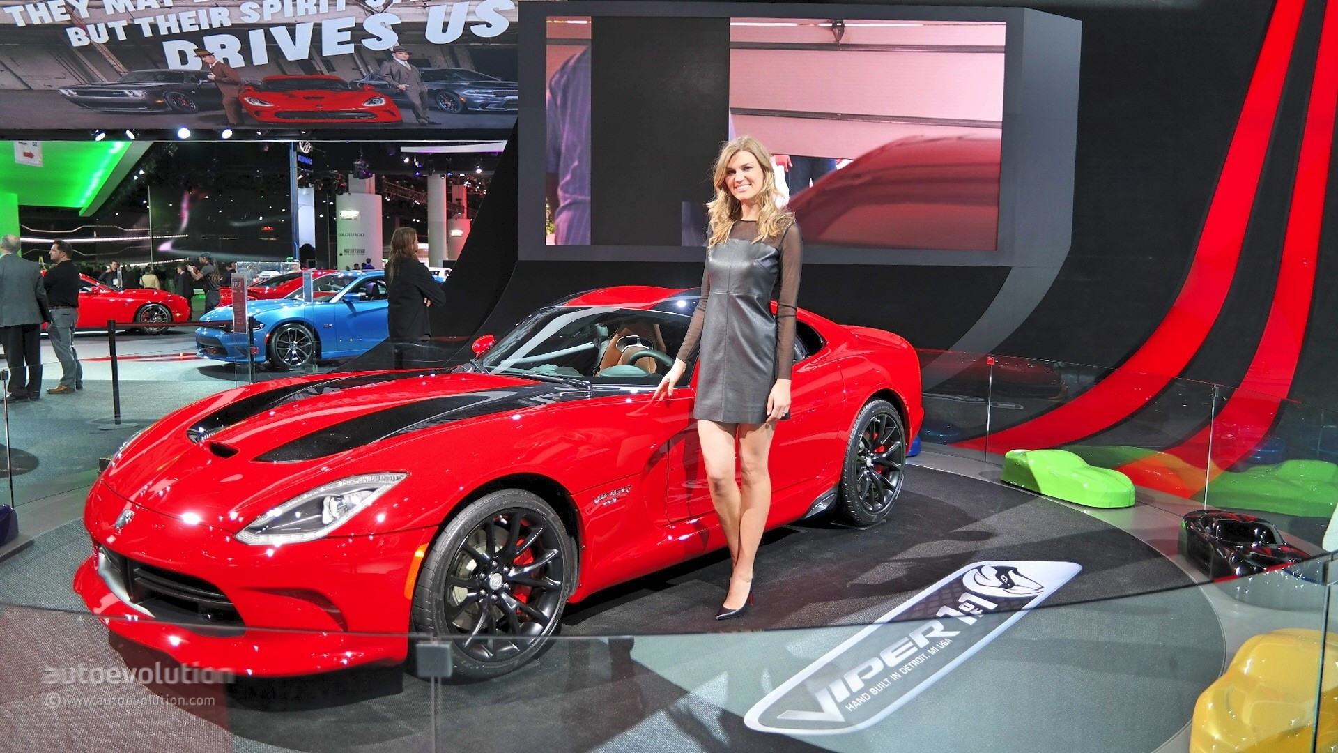 Girls Of The Detroit Auto Show Photo Gallery