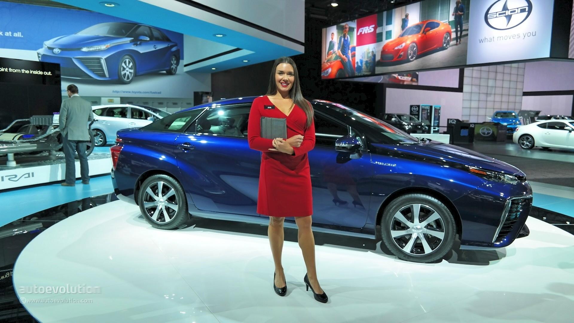 Hot Girls Of The 2015 Detroit Auto Show Autoevolution