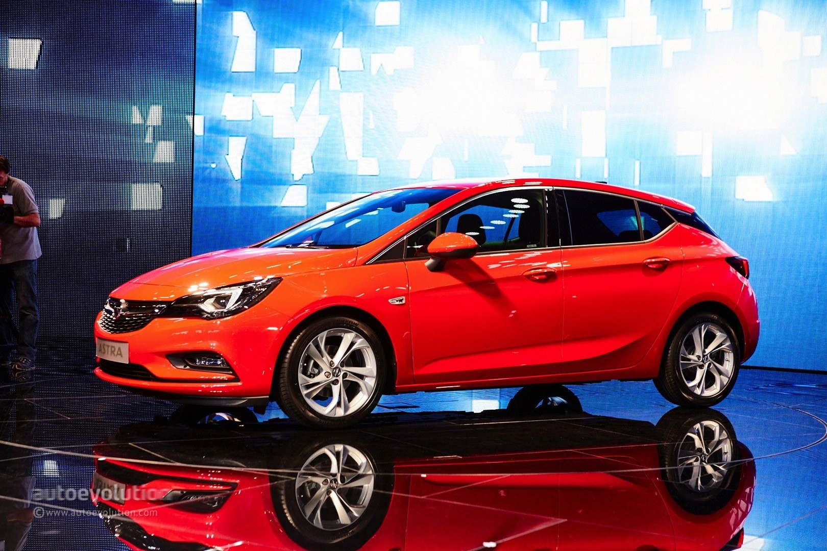 GM CEO Mary Bara Shows Opel Astra Sports Tourer in Frankfurt, 30k Astra Orders - autoevolution