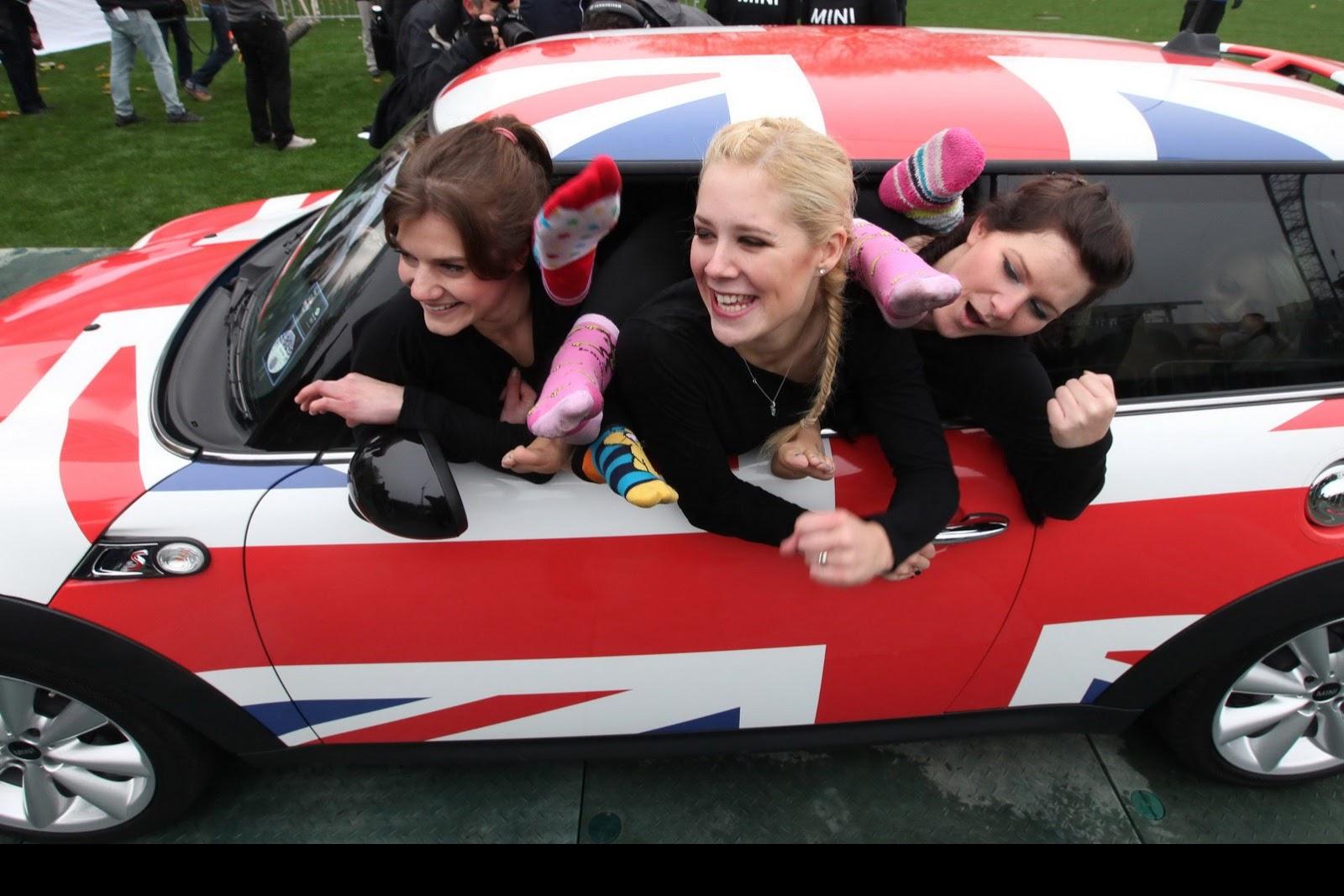 Guinness Record: 28 Girls in a MINI - autoevolution