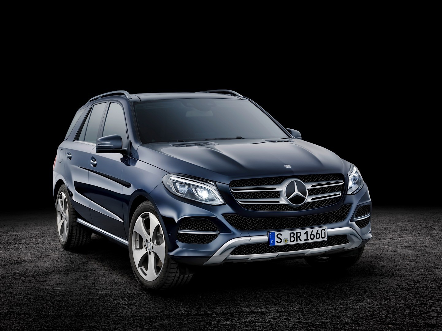hello 2016 mercedes benz gle class goodbye mercedes ml autoevolution. Black Bedroom Furniture Sets. Home Design Ideas