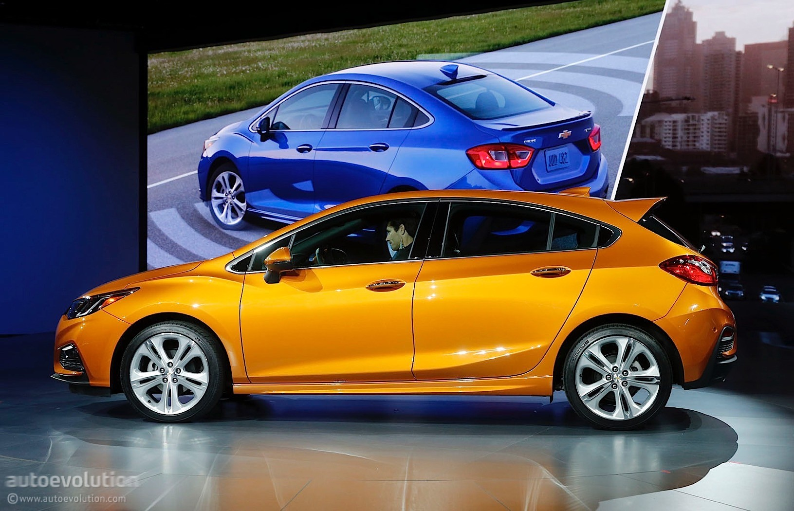 here 39 s the 2017 chevrolet cruze hatch in full color autoevolution. Black Bedroom Furniture Sets. Home Design Ideas
