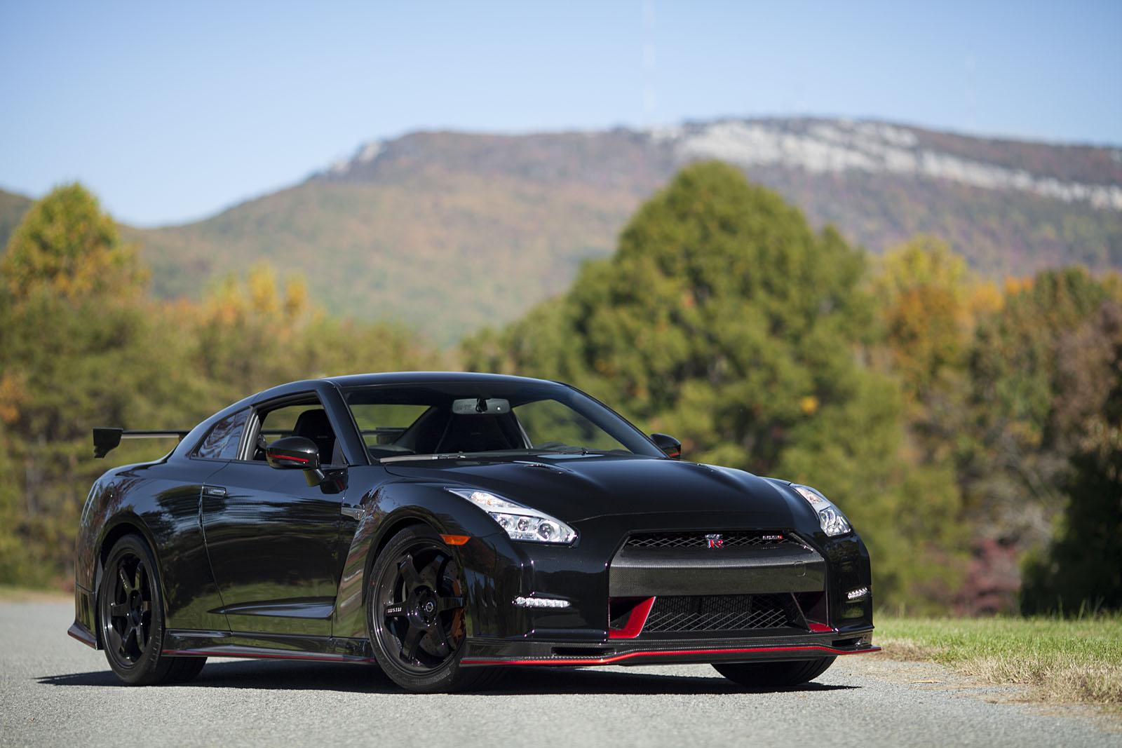 here 39 s the first us delivery of the 2015 nissan gt r nismo video autoevolution. Black Bedroom Furniture Sets. Home Design Ideas
