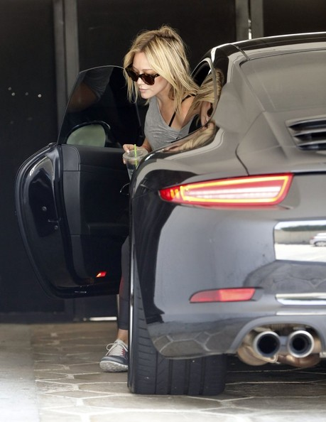 Hilary Duff Drives Her Porsche 911 To The Gym Not A G