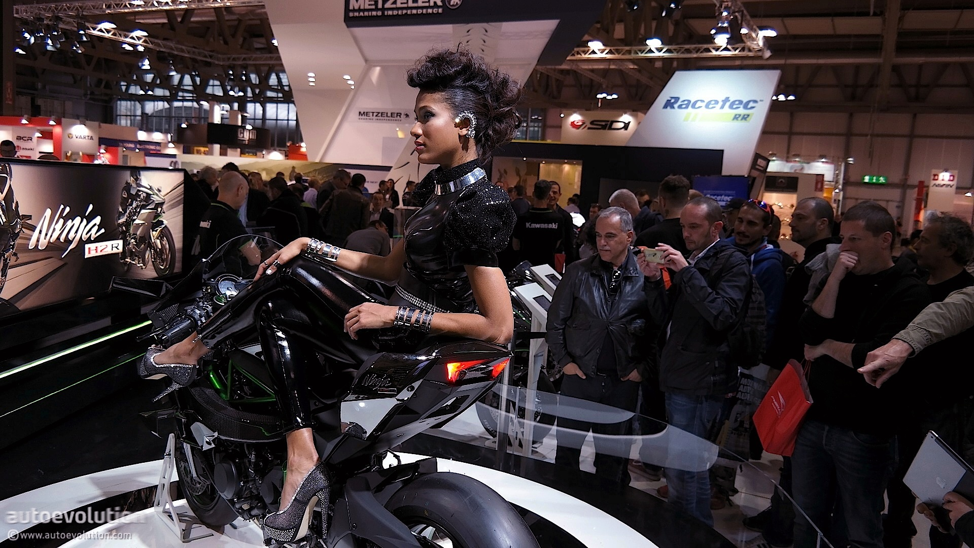 Hot Girls Of The 2014 Eicma Milan Bike Show Live Photos