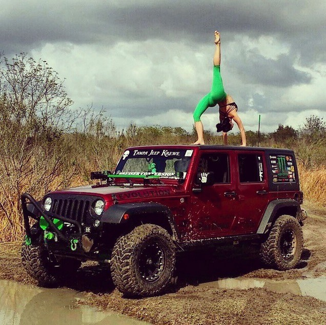 Hot Yoga Girl Combines Stretching With Jeeps And It S