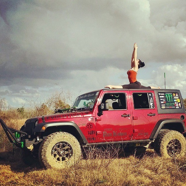 Buy Jeep Wrangler >> Hot Yoga Girl Combines Stretching with Jeeps and It's Inspiring - autoevolution