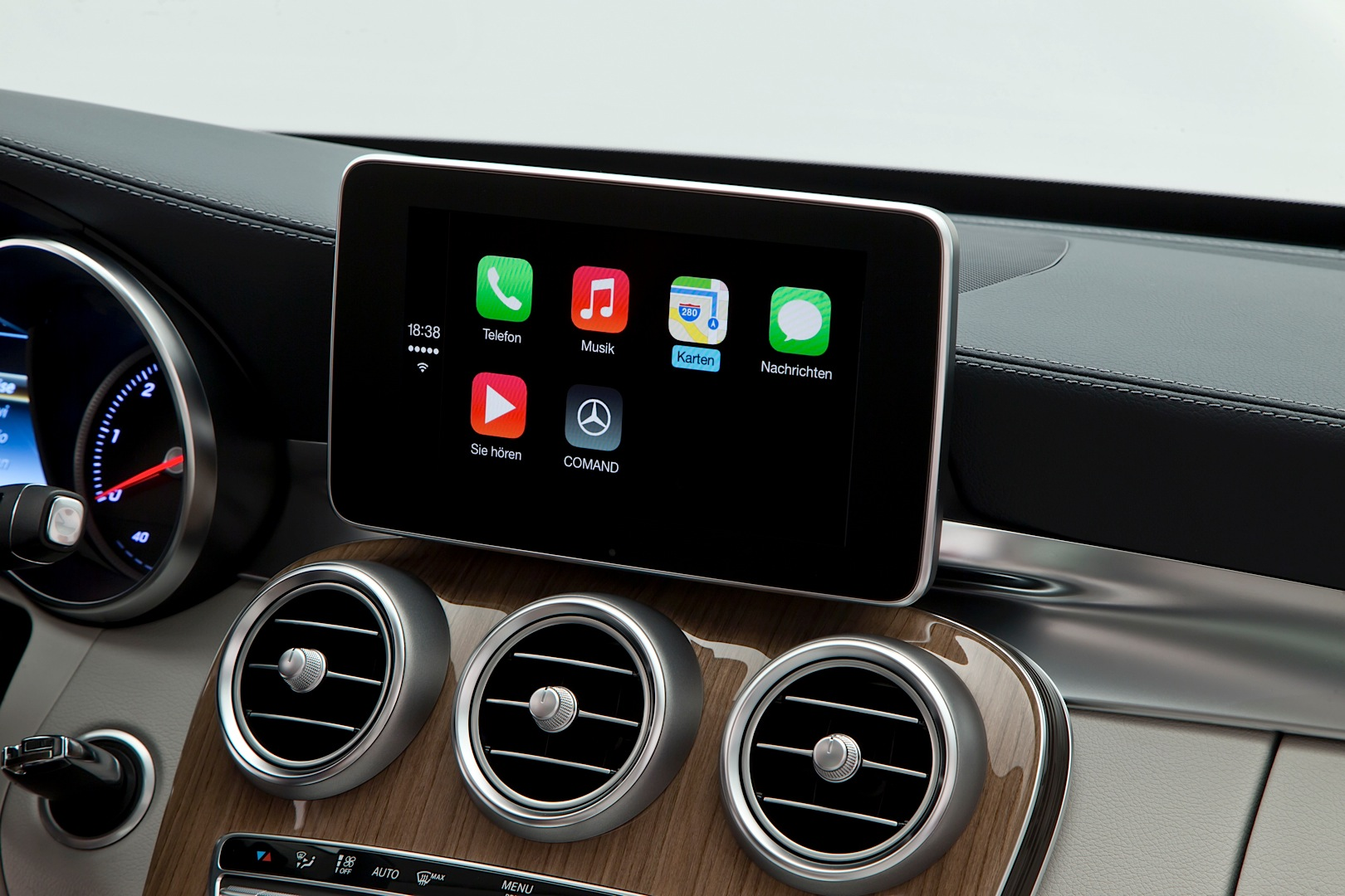 How Apple CarPlay Works on The New C-Class W205 - autoevolution