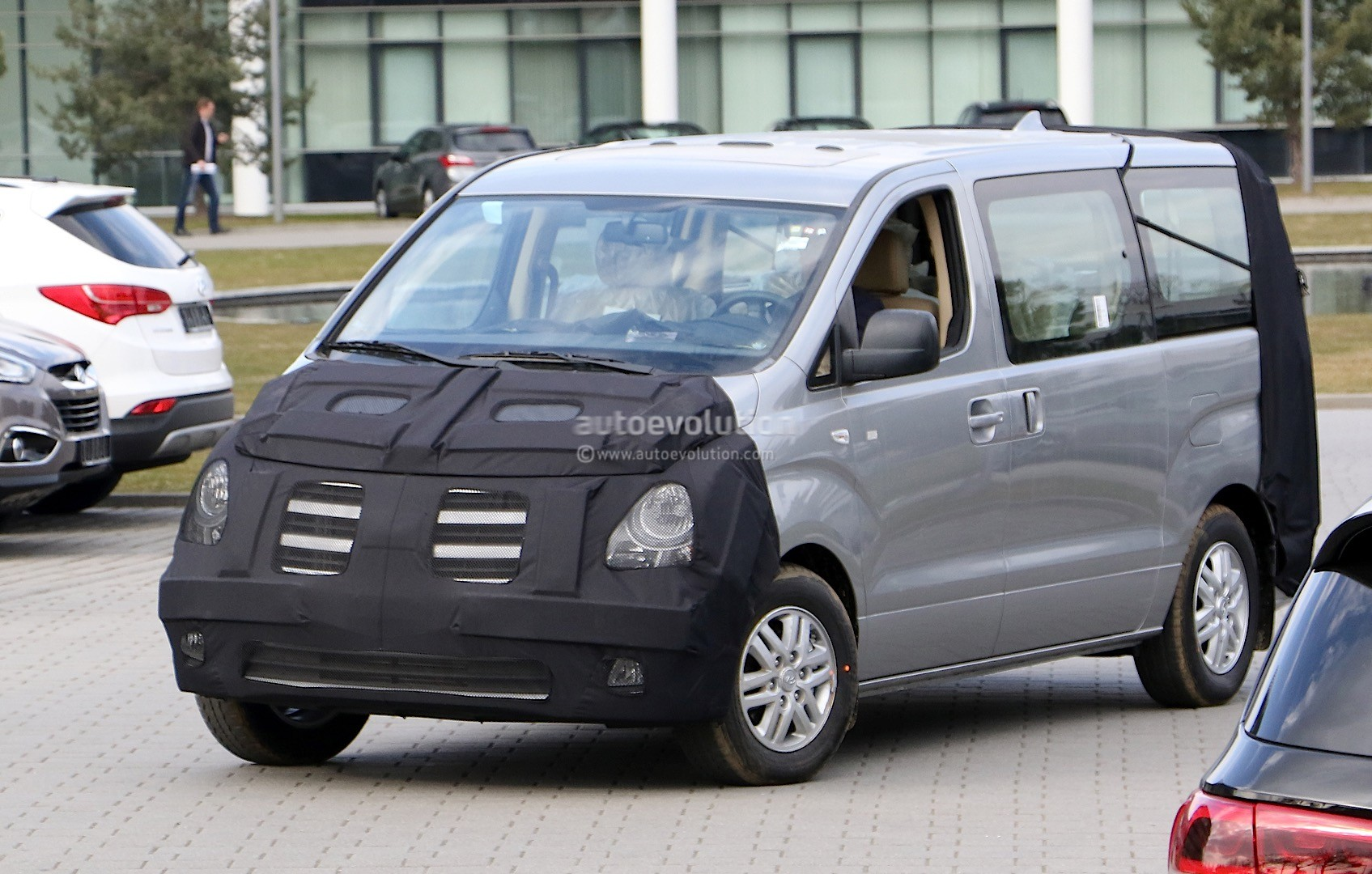 hyundai h 1 facelift spied in germany autoevolution. Black Bedroom Furniture Sets. Home Design Ideas