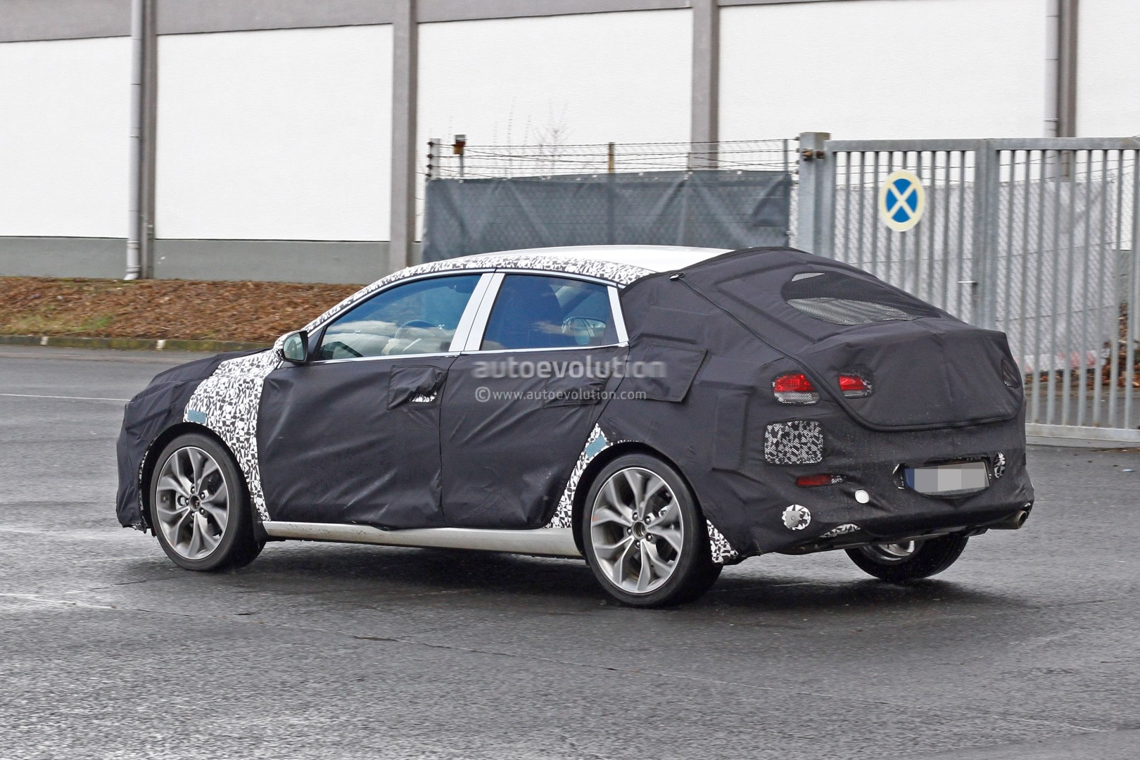 hyundai i30 elantra fastback spied could come to us as. Black Bedroom Furniture Sets. Home Design Ideas