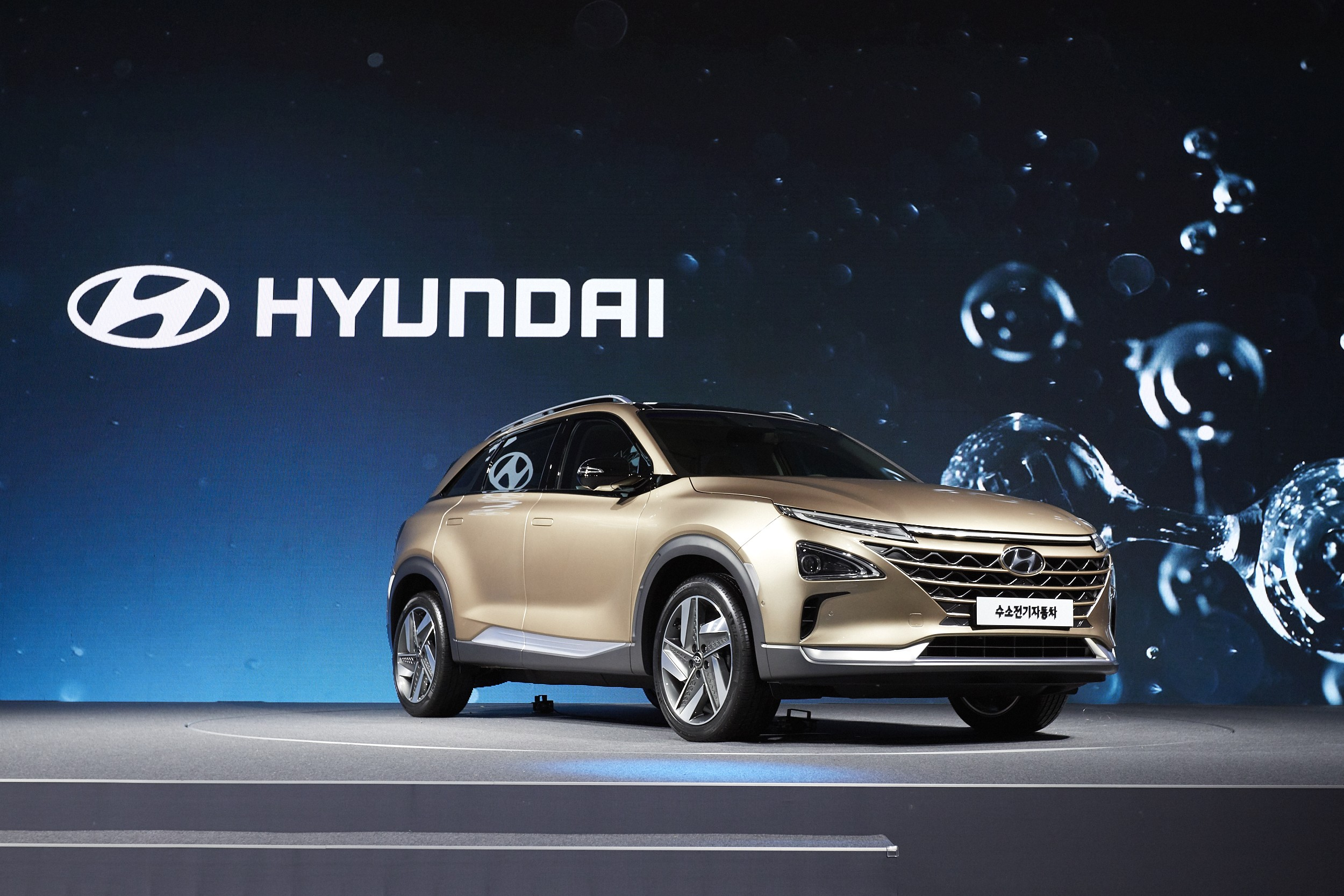 Hyundai next generation fcev previews fuel cell suv for Interieur voiture