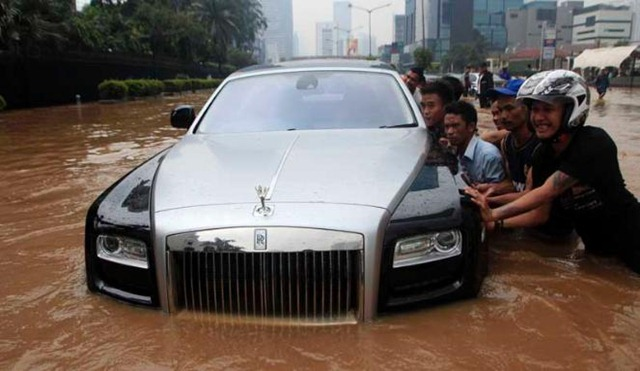 http://s1.cdn.autoevolution.com/images/news/gallery/indonesian-flood-mess-up-a-rolls-royce_3.jpg