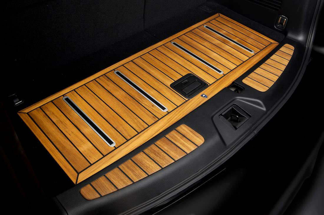 Infiniti qx80 interior gets decked in teak wood trim for Interieur tuning auto