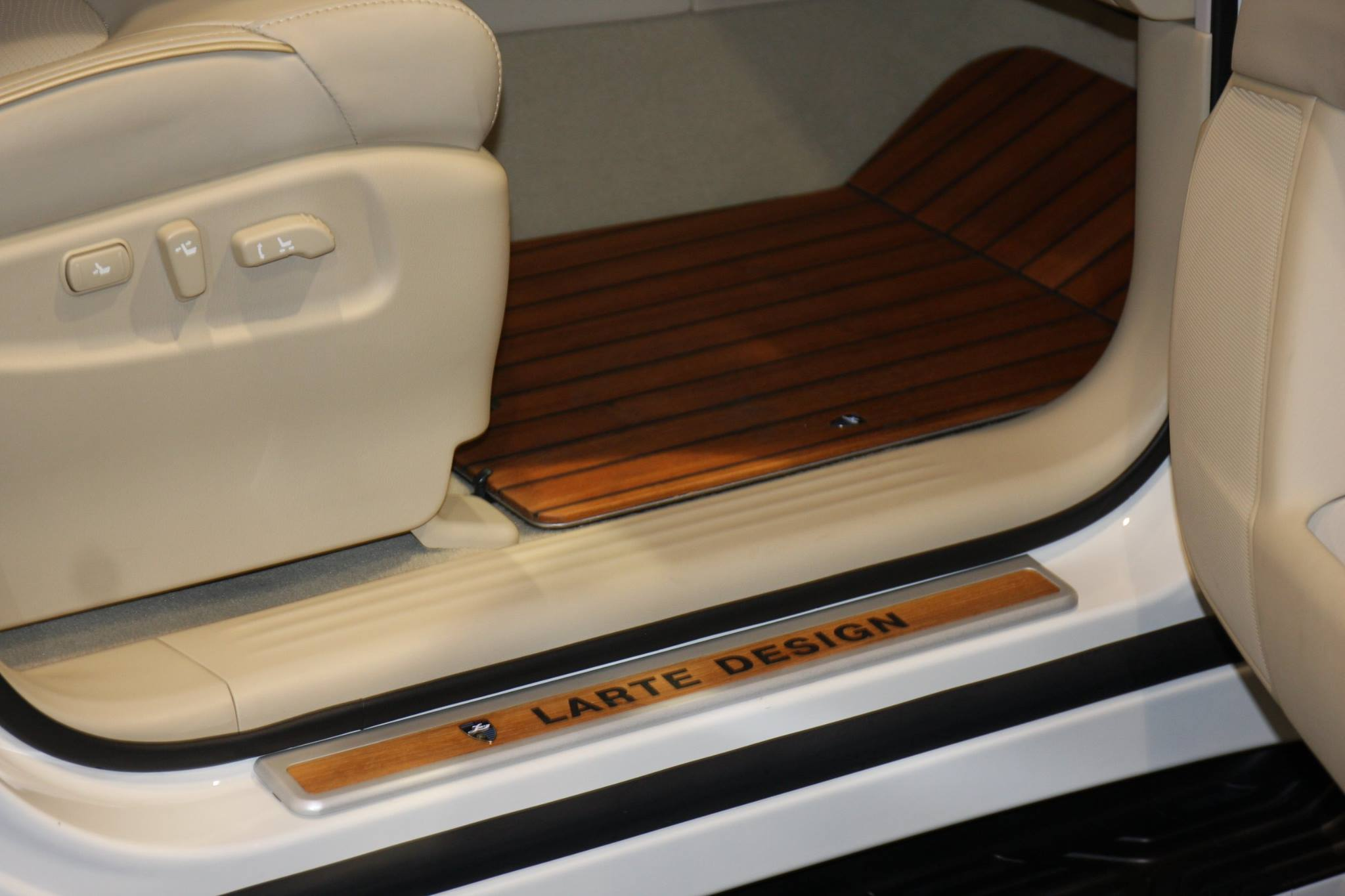 infiniti qx80 interior gets decked in teak wood trim autoevolution. Black Bedroom Furniture Sets. Home Design Ideas