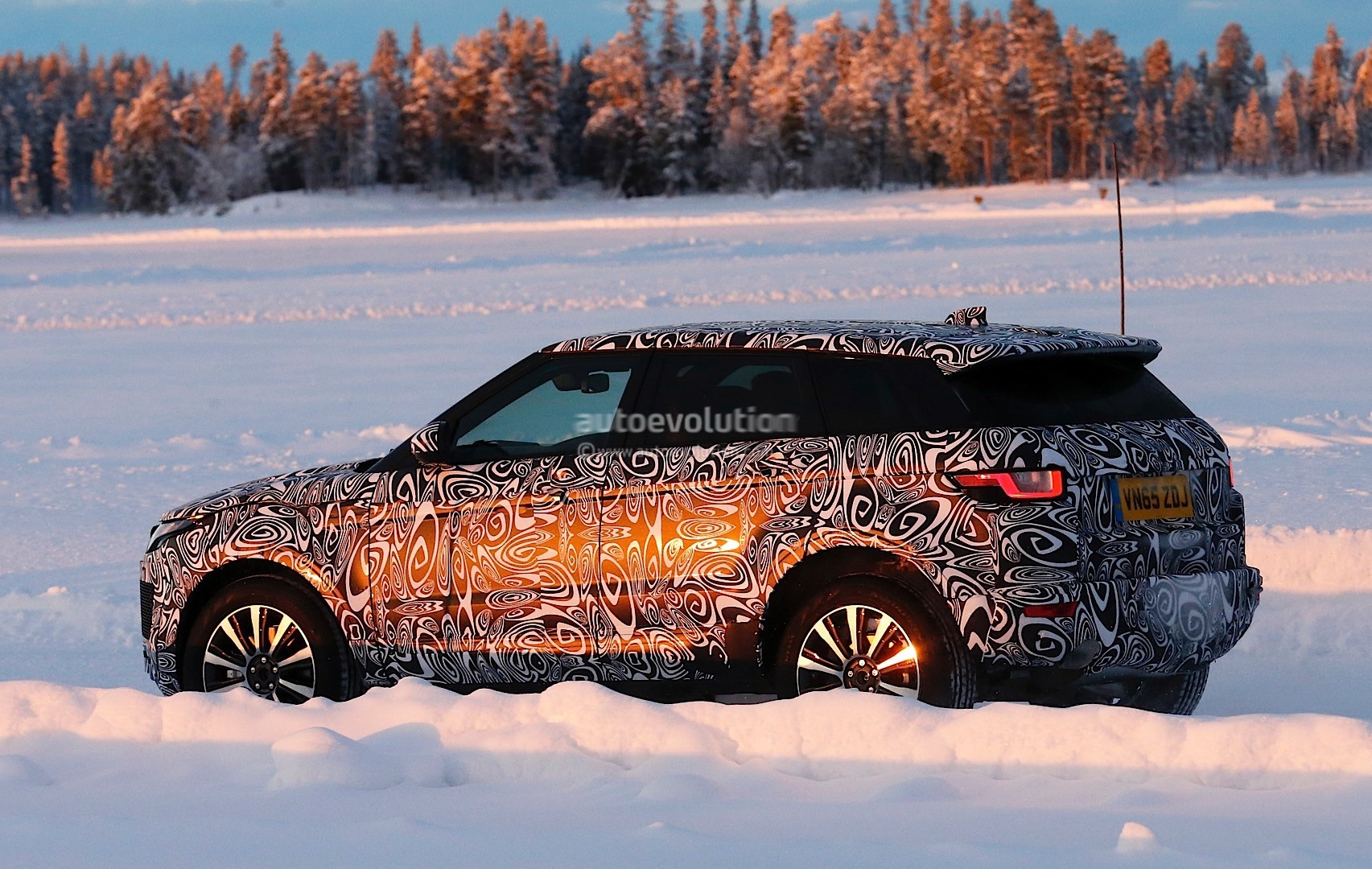 jaguar-e-pace-suv-spied-wearing-range-ro