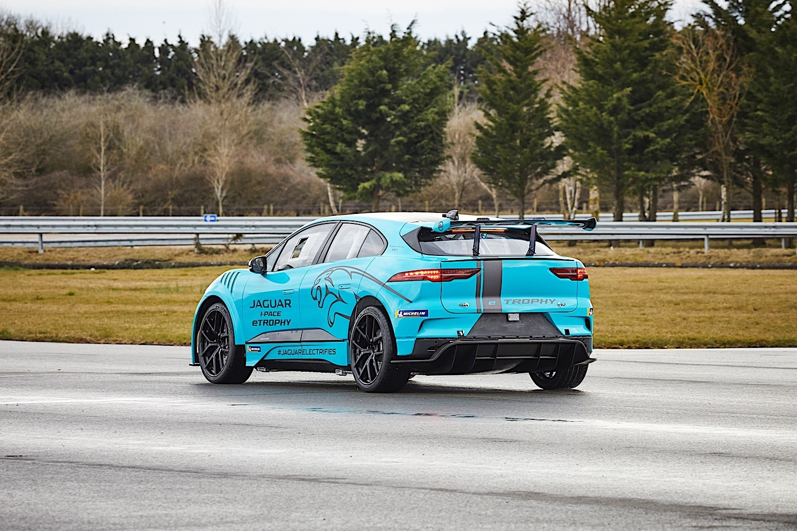 jaguar to introduce the i pace etrophy race car to the track in berlin autoevolution. Black Bedroom Furniture Sets. Home Design Ideas