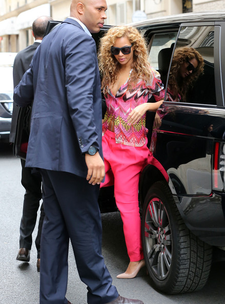 Jay-Z and Beyonce Spotted in Paris in a Range Rover ...