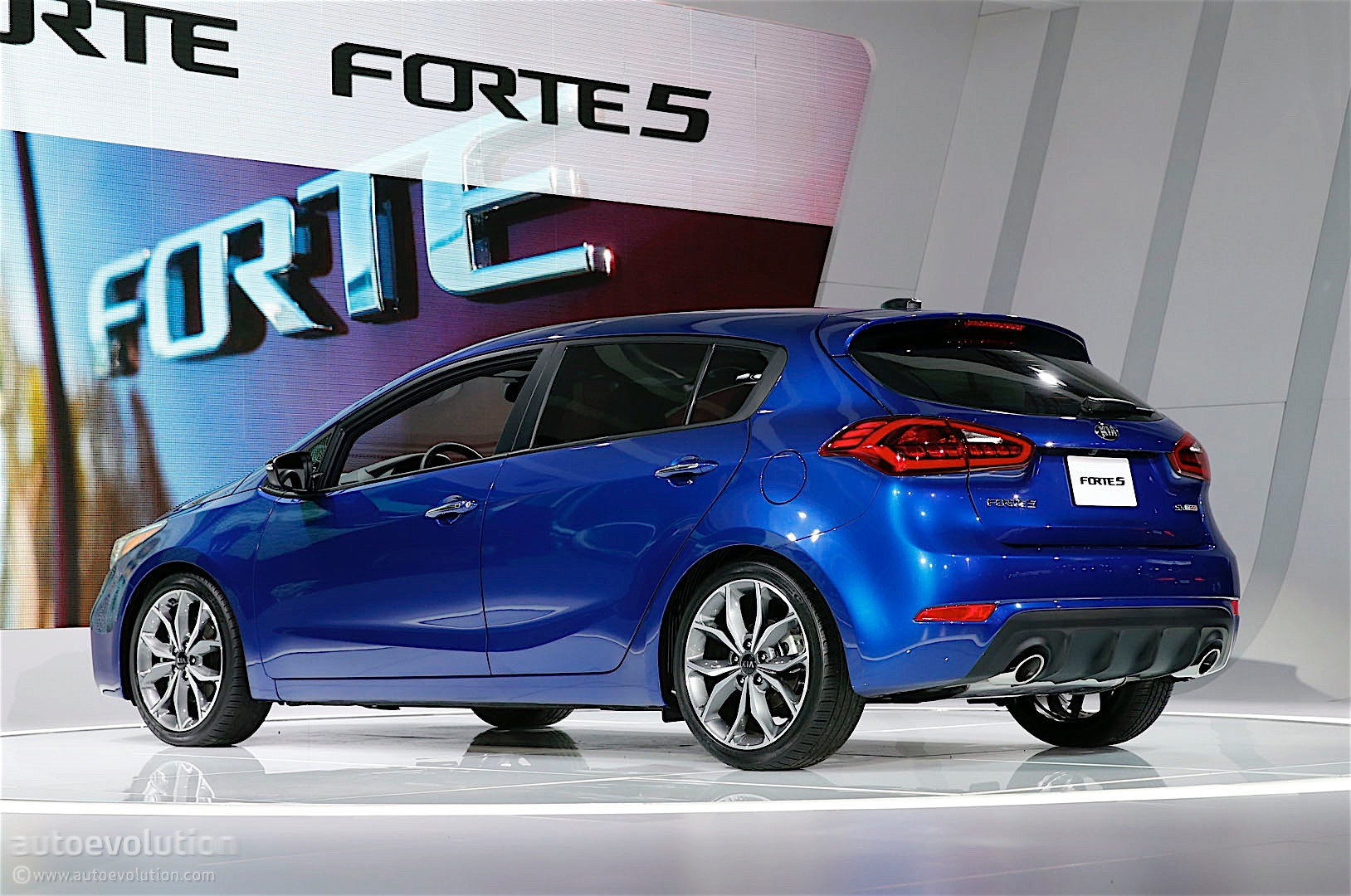 updated kia forte5 gets new design and more tech features in detroit autoevolution. Black Bedroom Furniture Sets. Home Design Ideas