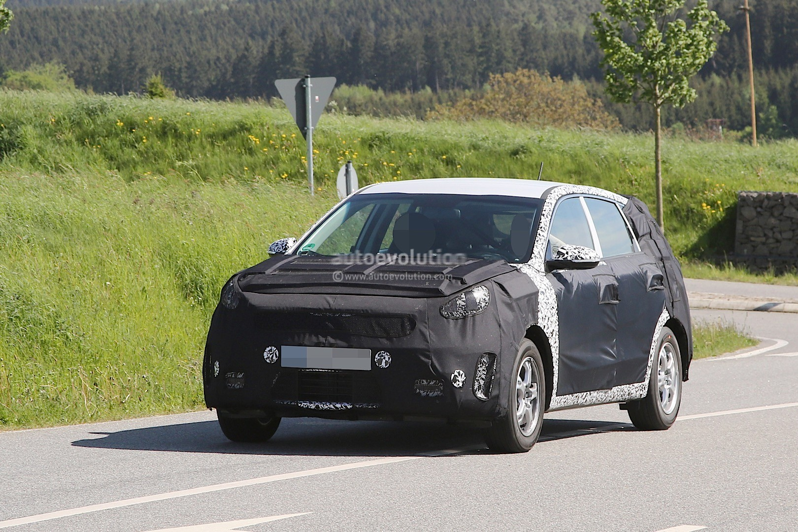 2016 - [Kia] Niro  Kia-kx3-niro-prototype-spied-in-germany-photo-gallery_1