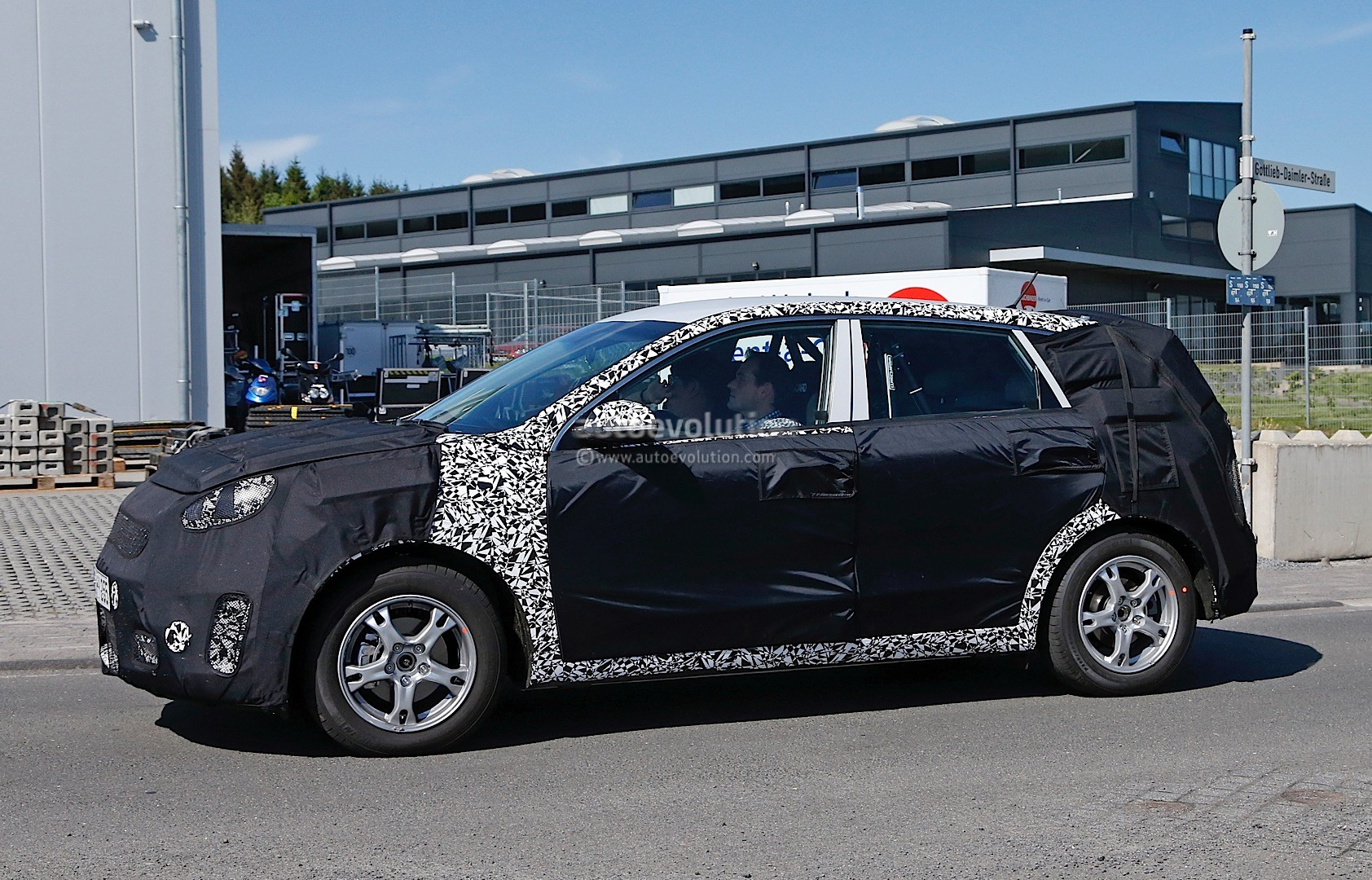2016 - [Kia] Niro  Kia-kx3-niro-prototype-spied-in-germany-photo-gallery_12