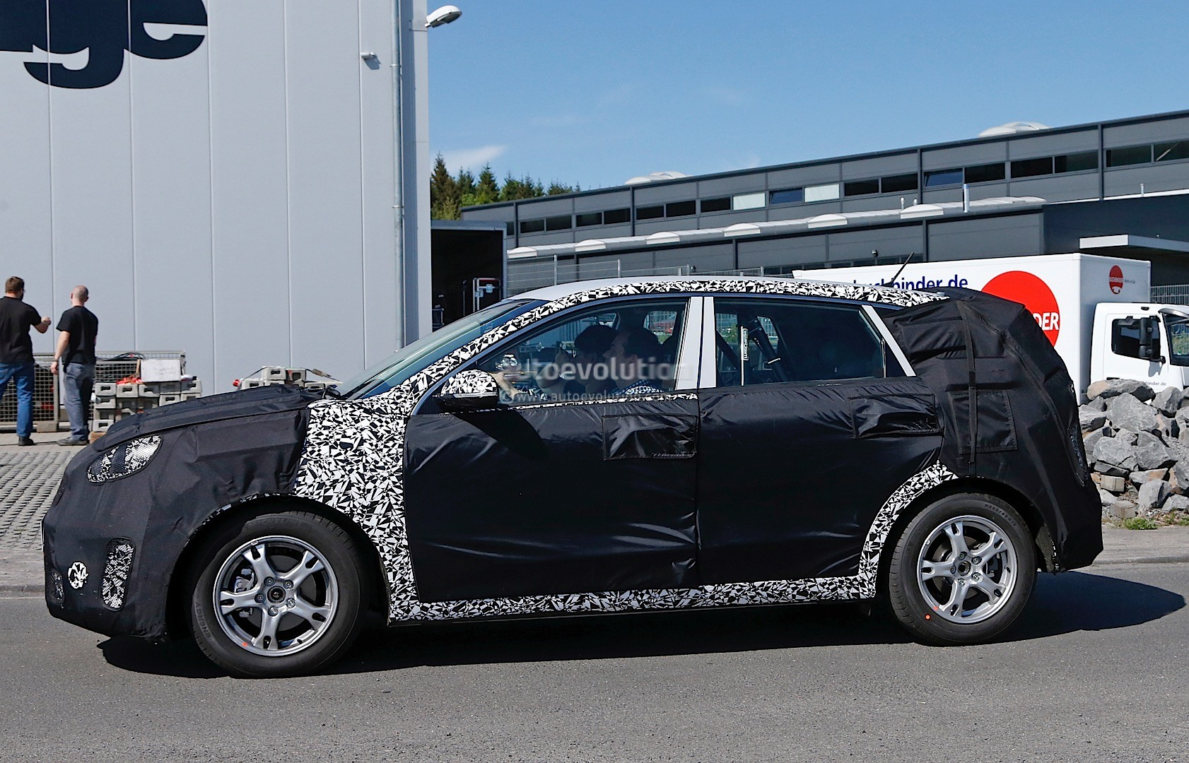 2016 - [Kia] Niro  Kia-kx3-niro-prototype-spied-in-germany-photo-gallery_13