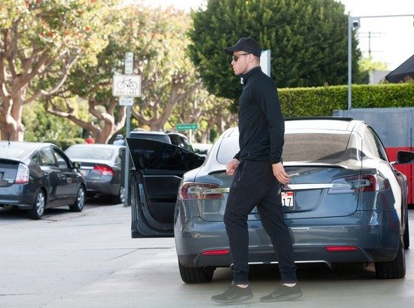 La Clippers Blake Griffin Runs Errands With His Tesla Model S