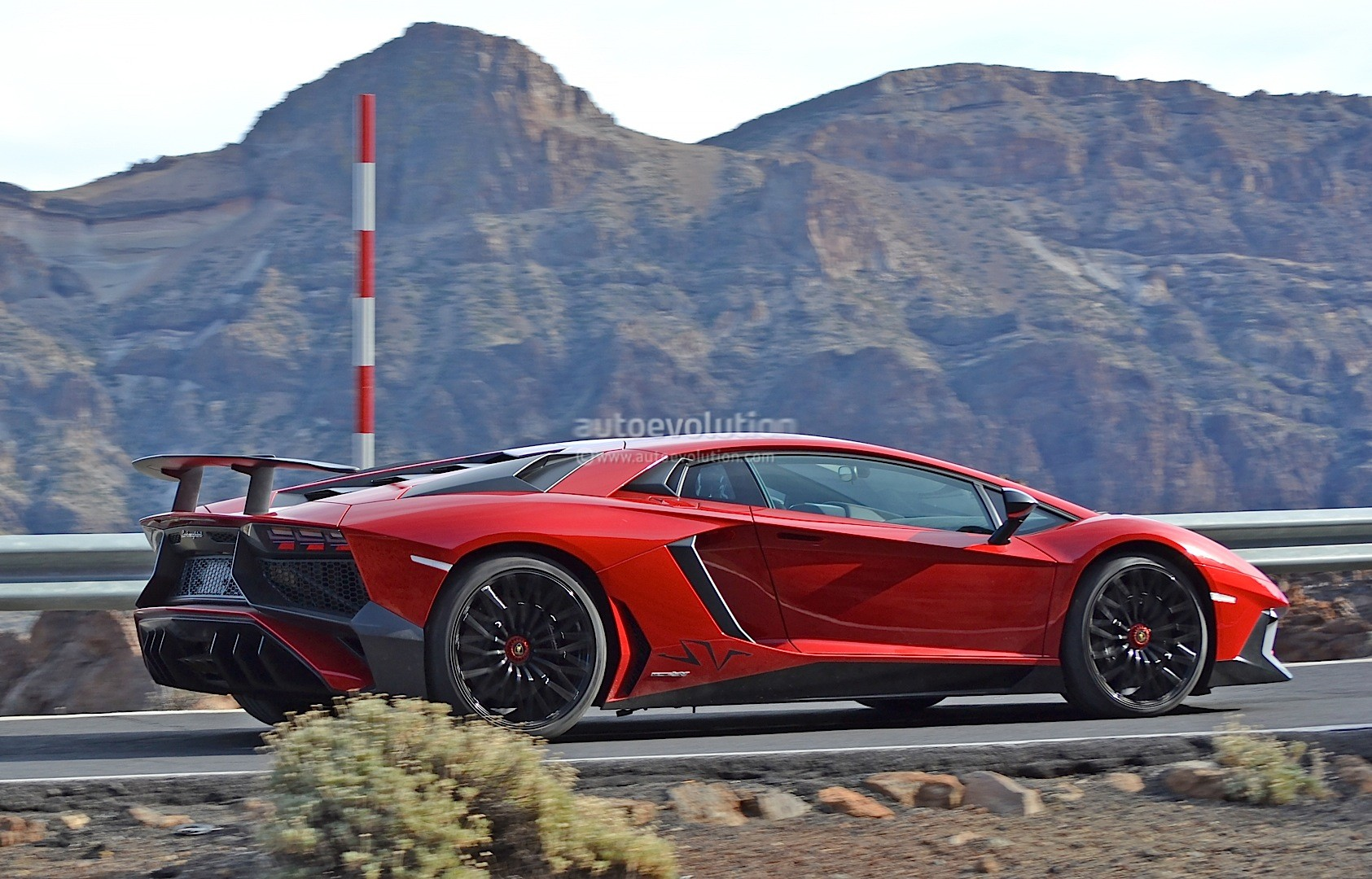 update lamborghini aventador sv spied fully undisguised autoevolution. Black Bedroom Furniture Sets. Home Design Ideas