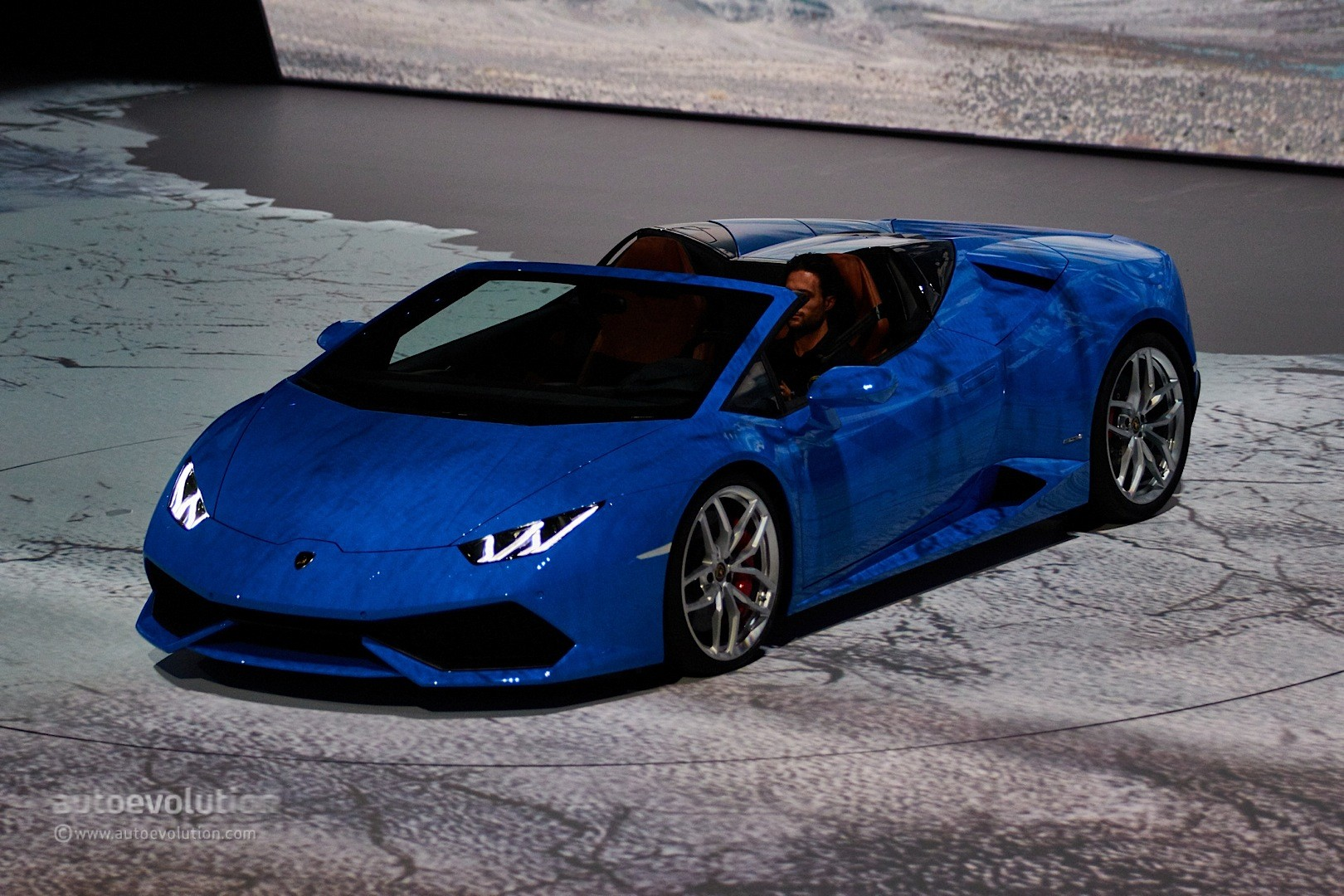 lamborghini huracan vs aventador drag lamborghini huracan vs aventador drag race is very close. Black Bedroom Furniture Sets. Home Design Ideas