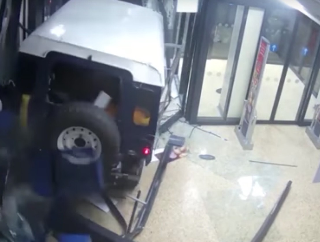 Land Rover Defender Used As Battering Ram In Atm Robbery Autoevolution