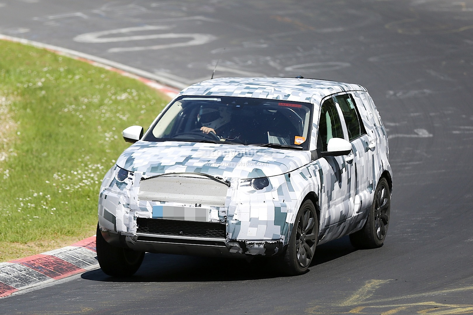 2014 - [Land Rover] Discovery Sport [L550] - Page 4 Land-rover-discovery-sport-spied-testing-to-replace-the-freelander-lr2_11