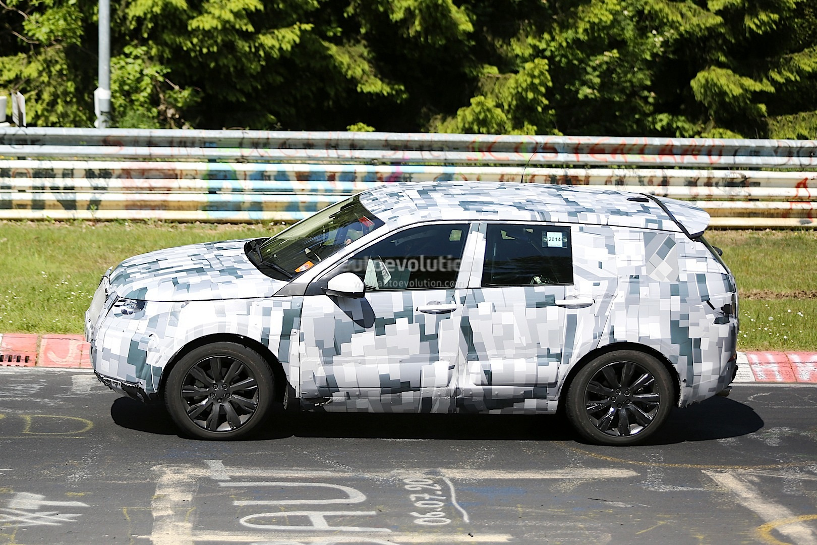 2014 - [Land Rover] Discovery Sport [L550] - Page 4 Land-rover-discovery-sport-spied-testing-to-replace-the-freelander-lr2_9