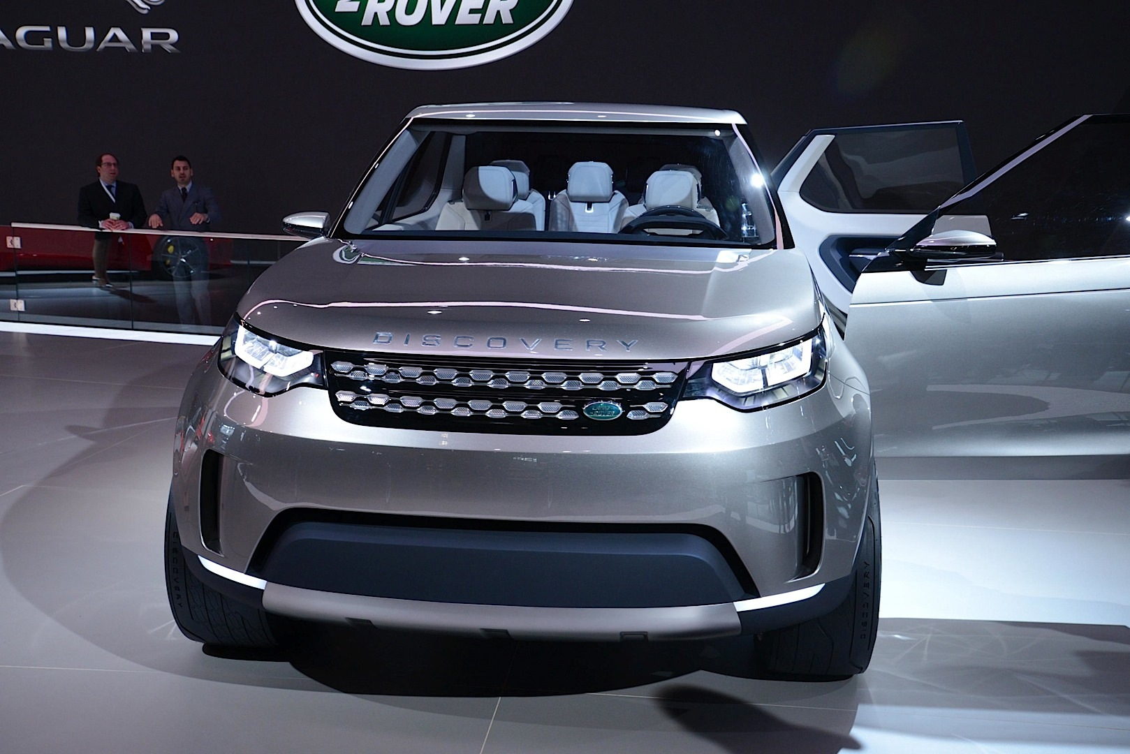 https://s1.cdn.autoevolution.com/images/news/gallery/land-rover-discovery-vision-concept-offroading-in-new-york-live-photos_2.jpg