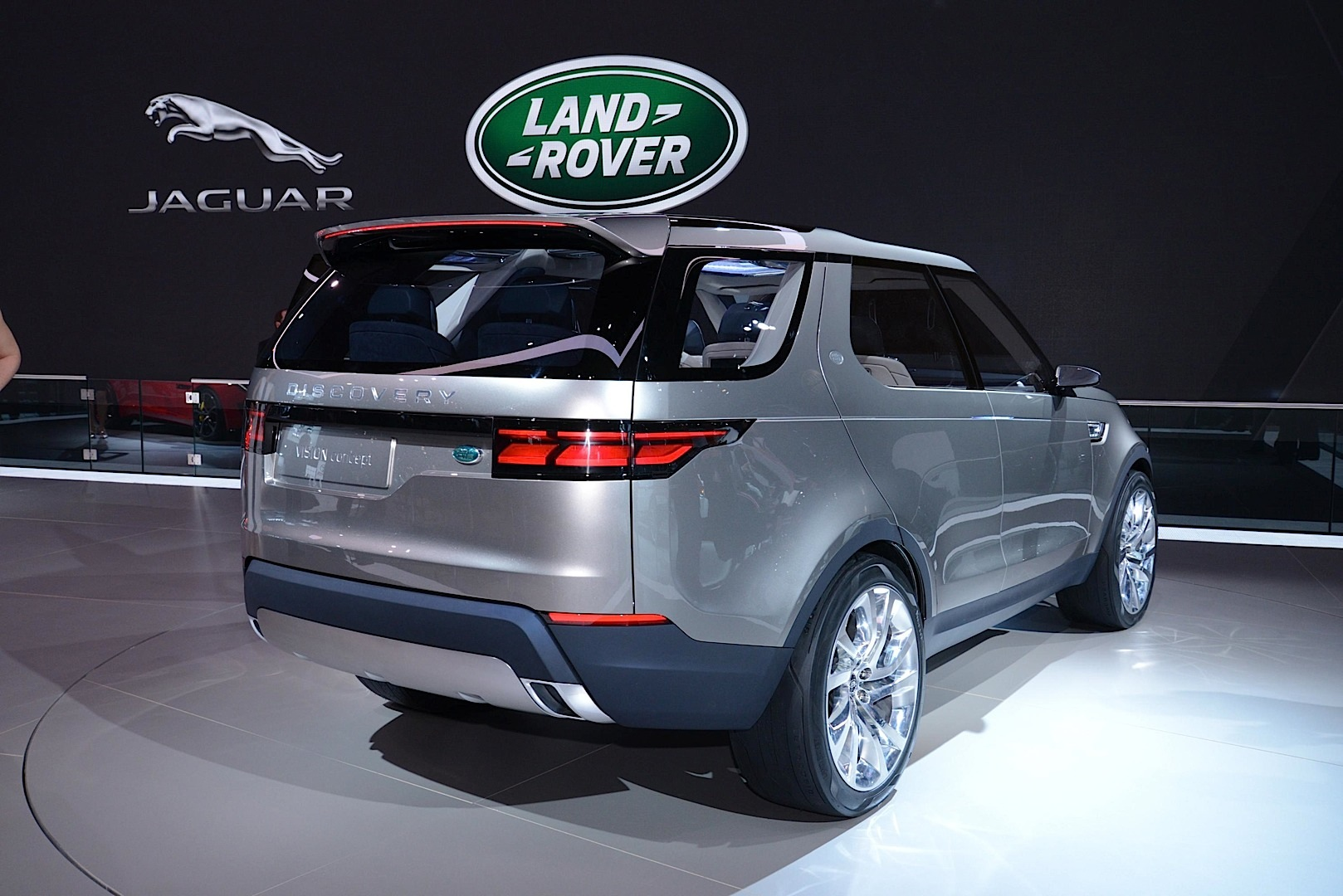 https://s1.cdn.autoevolution.com/images/news/gallery/land-rover-discovery-vision-concept-offroading-in-new-york-live-photos_4.jpg