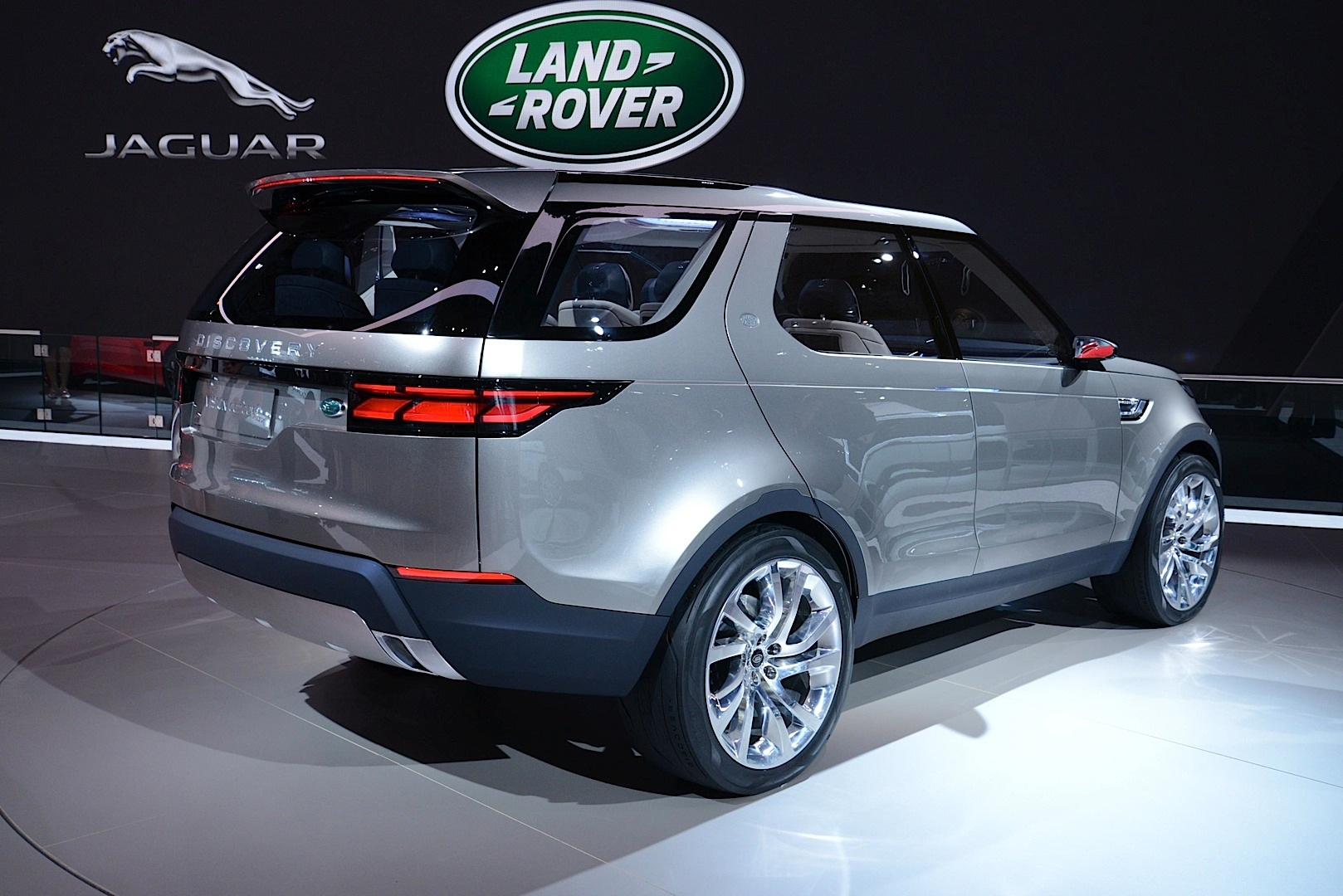 land rover discovery vision concept offroading in new york live photos autoevolution. Black Bedroom Furniture Sets. Home Design Ideas