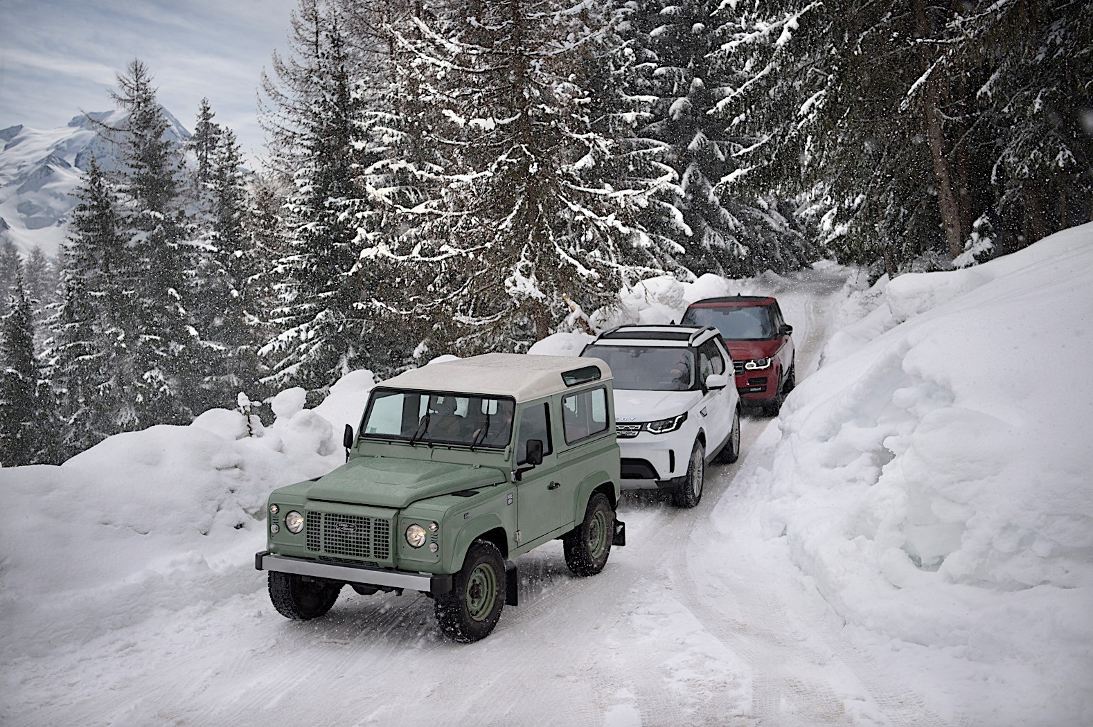 https://s1.cdn.autoevolution.com/images/news/gallery/land-rover-draws-a-820-foot-wide-defender-outline-in-the-french-alps_4.jpg