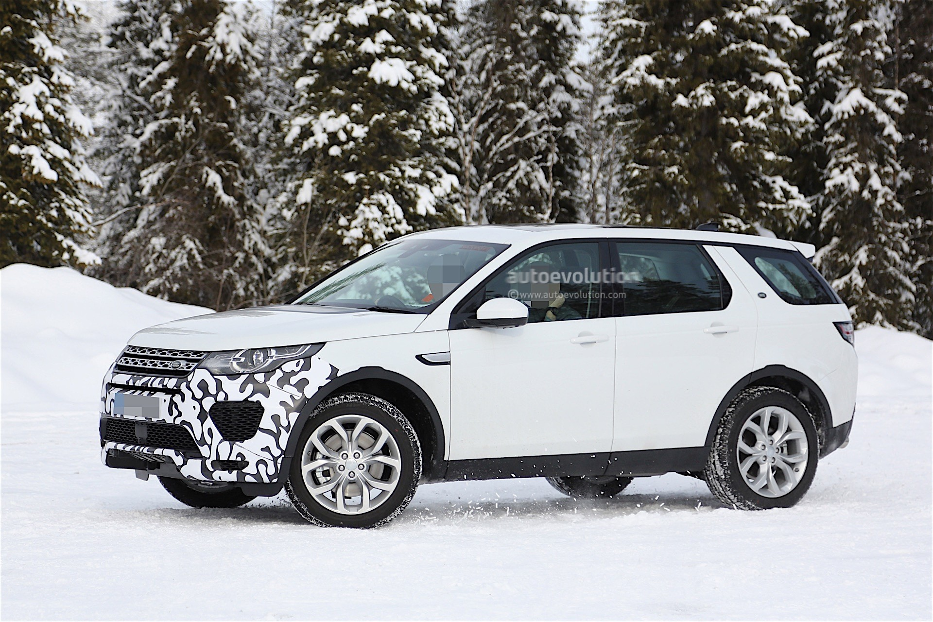 Land Rover Is Testing a New Prototype of the Discovery ...