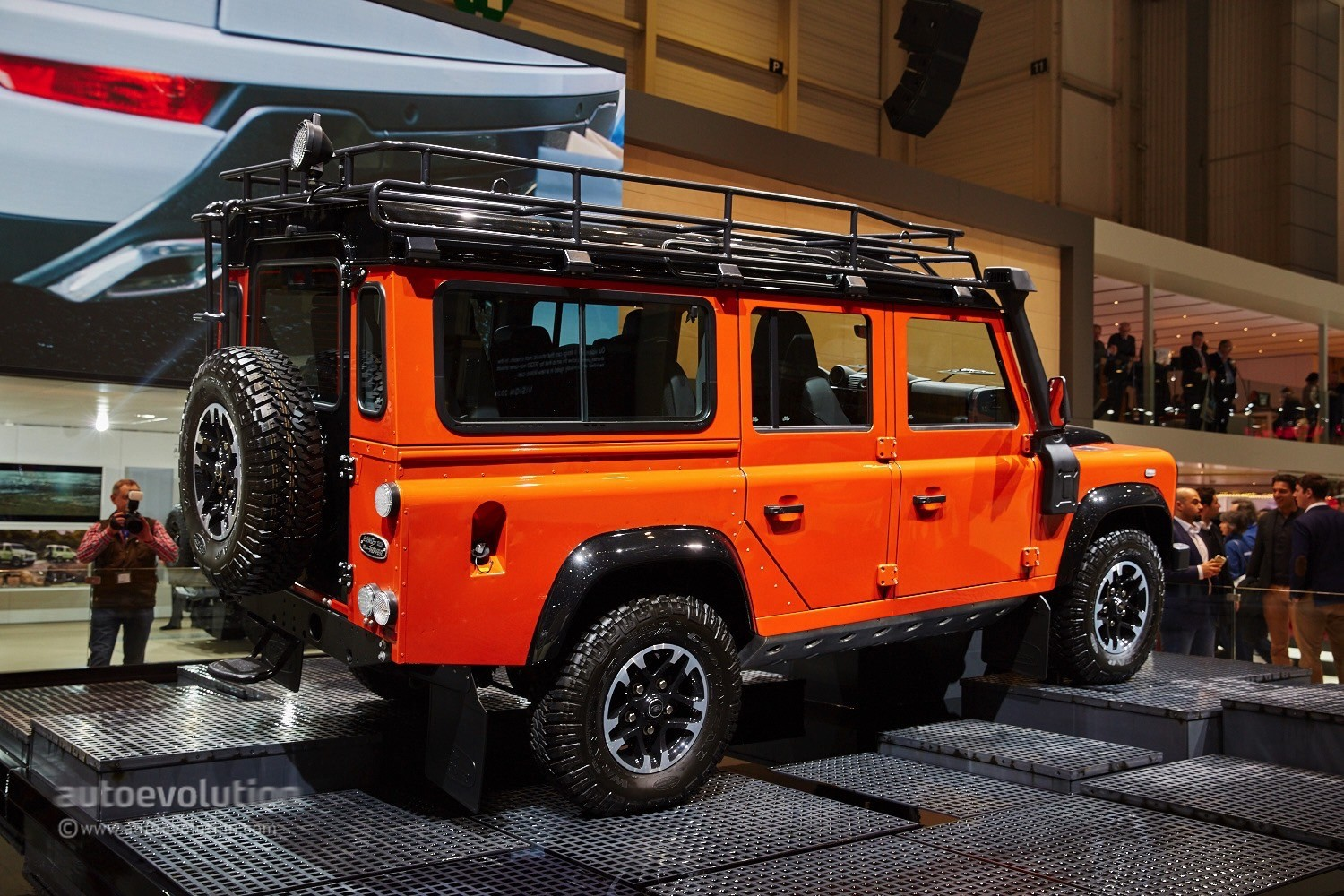 Land Rover Says Goodbye to the Defender in Geneva With 3 ...