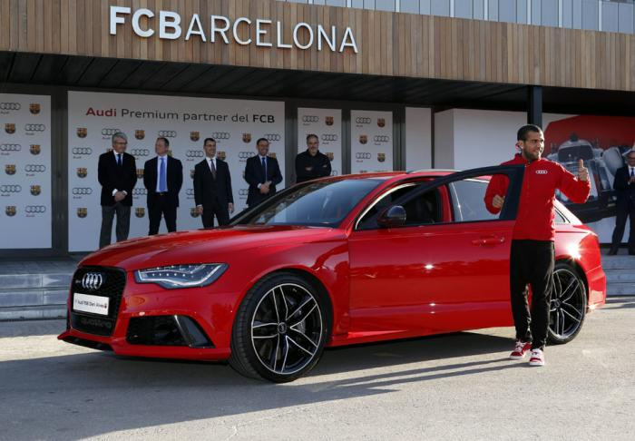 https://s1.cdn.autoevolution.com/images/news/gallery/leo-messi-receives-audi-q5-barcelona-players-get-yearly-audis-video_3.jpg