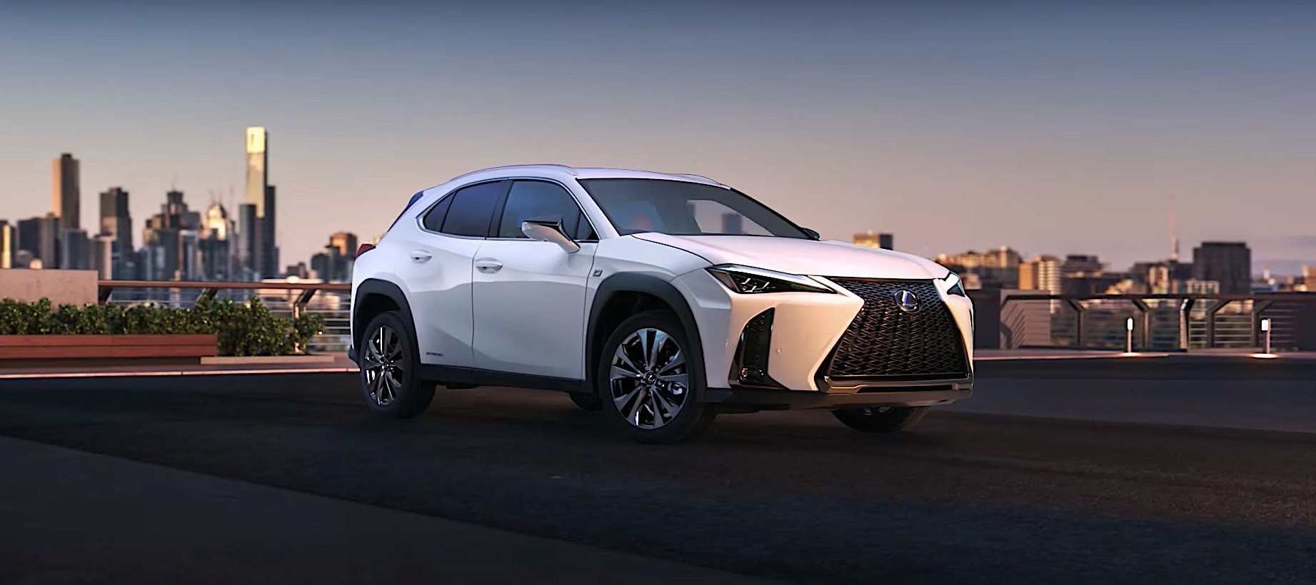 https://s1.cdn.autoevolution.com/images/news/gallery/lexus-ux-first-official-images-released_2.jpg