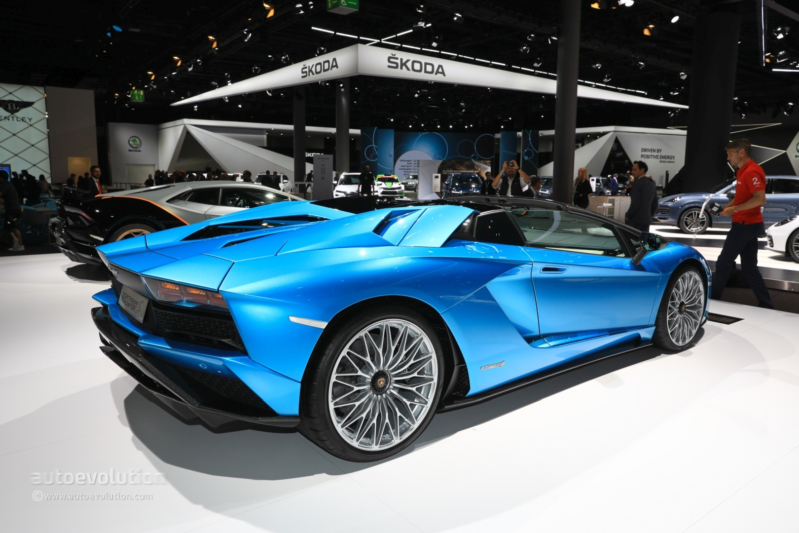 lamborghini aventador s roadster parades blu aegir color in frankfurt autoevolution. Black Bedroom Furniture Sets. Home Design Ideas