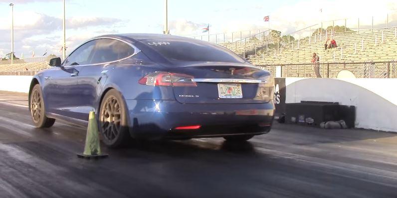 Loaded Tesla Model S P100d Destroys 700 Hp Camaro Zl1 In A Drag Race