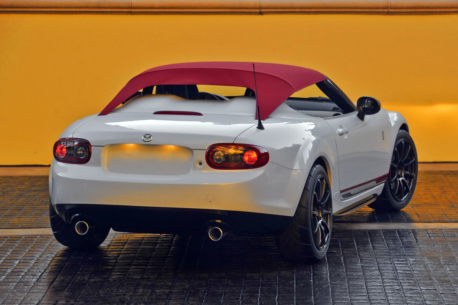 http://s1.cdn.autoevolution.com/images/news/gallery/mazda-mx-5-spyder-debuts-at-2011-sema-photo-gallery_2.jpg