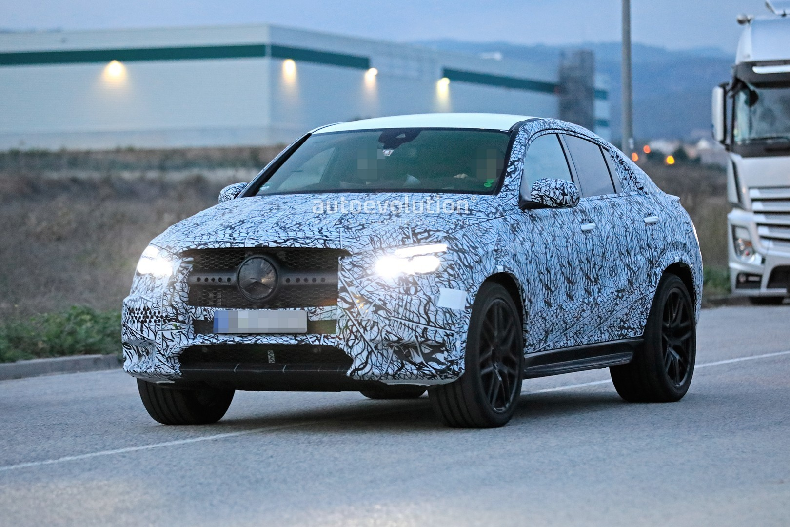 mercedes-a​mg-gle-53-​coupe-make​s-spyshot-​debut-with​-quad-exha​ust-tips_3