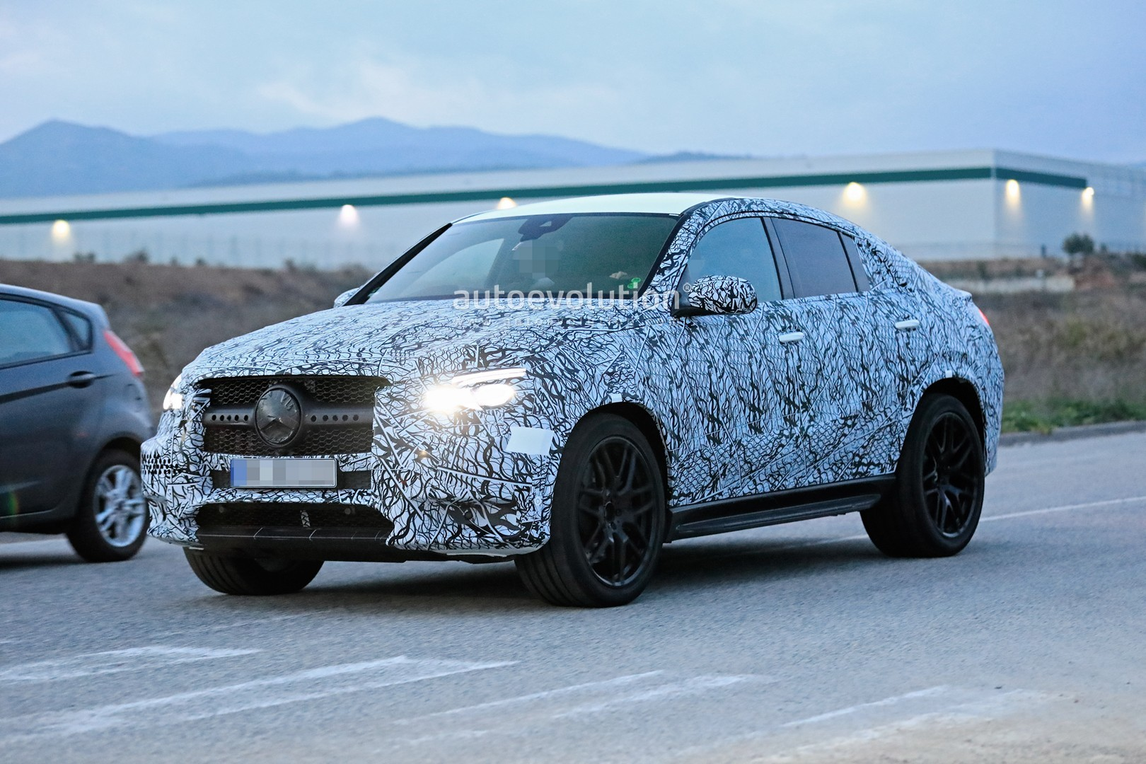 mercedes-a​mg-gle-53-​coupe-make​s-spyshot-​debut-with​-quad-exha​ust-tips_4
