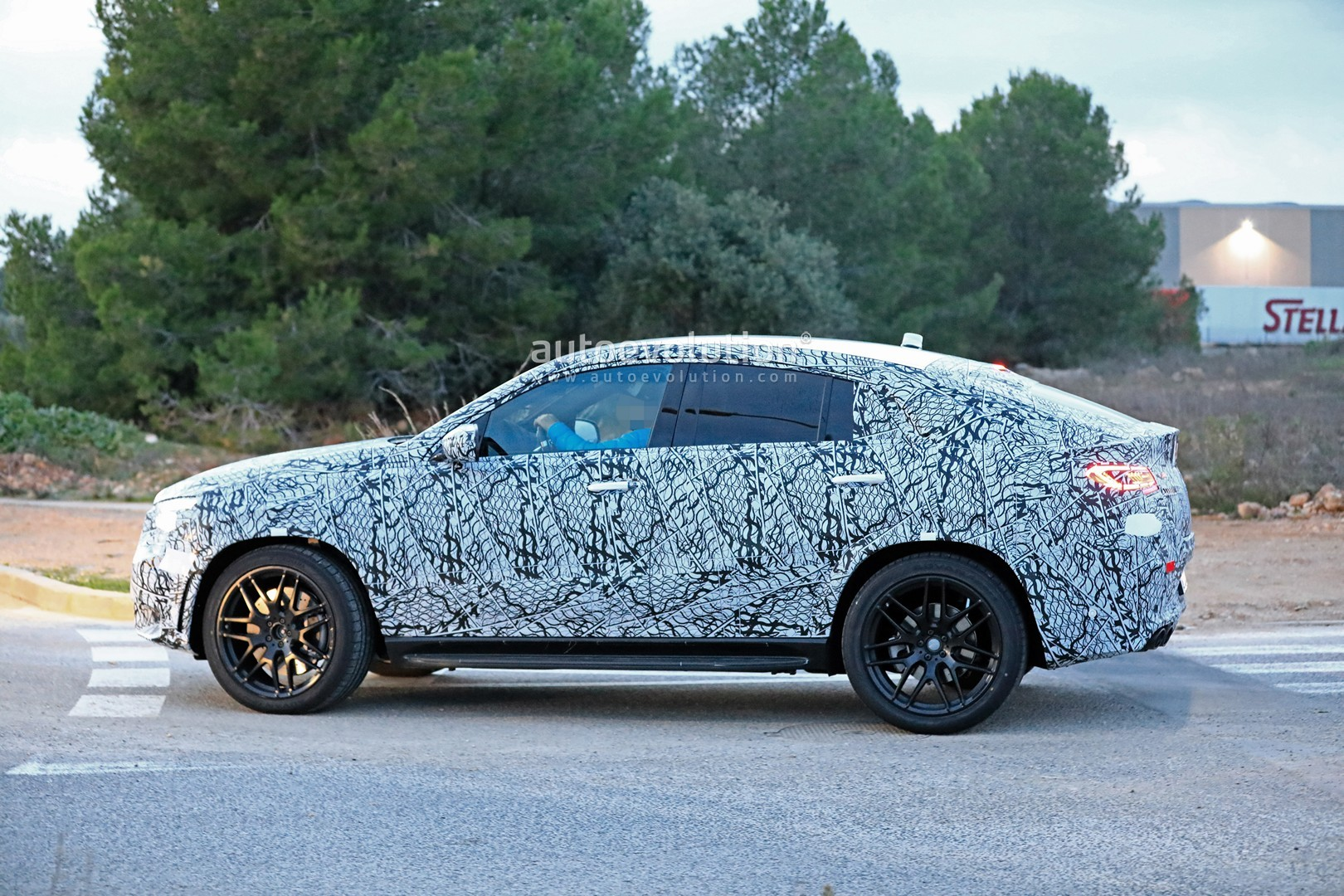 mercedes-a​mg-gle-53-​coupe-make​s-spyshot-​debut-with​-quad-exha​ust-tips_6