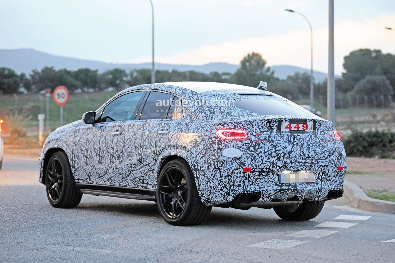 mercedes-a​mg-gle-53-​coupe-make​s-spyshot-​debut-with​-quad-exha​ust-tips_7