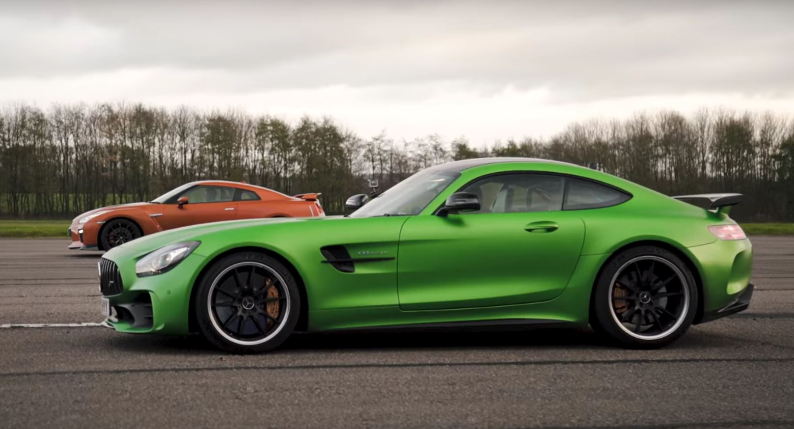 mercedes amg gt r vs nissan gt r is an odd drag race autoevolution. Black Bedroom Furniture Sets. Home Design Ideas
