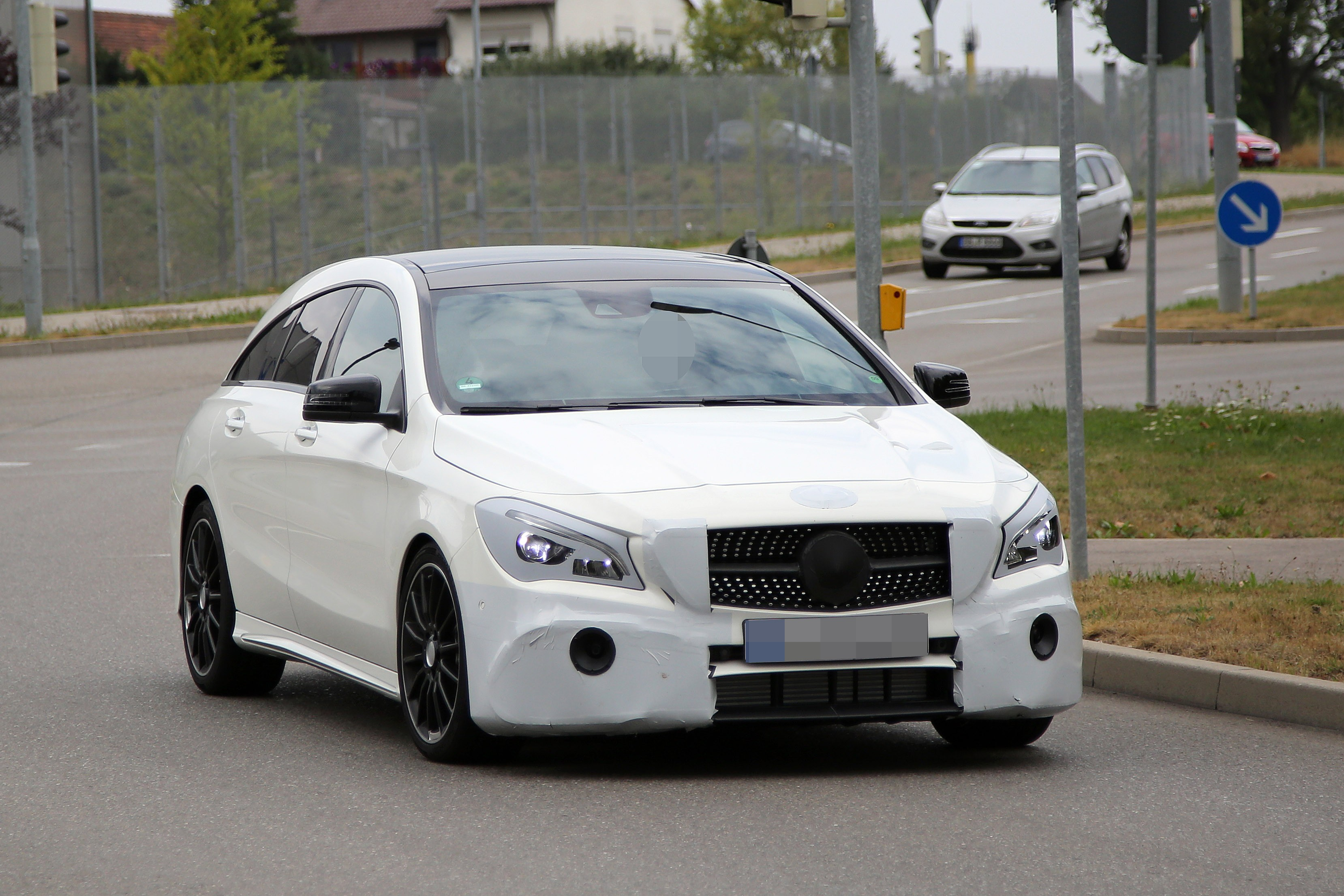 2016 - [Mercedes] CLA restylée Mercedes-benz-cla-shooting-brake-spied-once-again-coming-early-2016_2